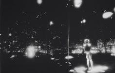 """Aqui é """"O iluminado"""" da série """"Casa"""" clicada em 1974. Clica pra ver mais da obra de Claudia Andujar"""
