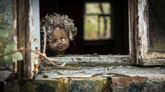 Turismo oscuro para los adictos al morbo – AB Magazine Una muñeca vieja en la ventana de una casa abandonada de Pripyat, la ciudad azotada por el desastre de Chernobyl.