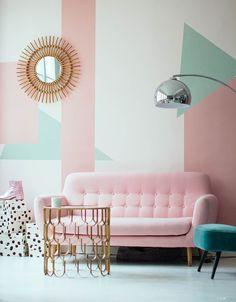 Wauw! Wat een mooie roze sofa in deze artistieke frisse kamer