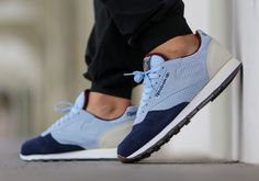 The Reebok Classic Leather INT OP Collegiate Navy is the latest edition of the Reebok Classic Leather to begin hitting retailers for the fall season. Reebok Classic Sneakers, Blue Sneakers, Reebok Classic Mens, Sneaker Bar, Adidas Shoes Outlet, Sports Footwear, Oldschool, Site Nike, Nike Free Shoes