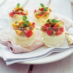Jordgubbssalsa med vit chokladmousse | Fräsch fruktsallad med jordgubbar, kiwi och physalis blir ett färgglatt täcke till den söta och lena moussen.