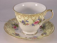 Queen Anne # 8439 yellow & white teacup & saucer w/ rose sprays & gold filigree