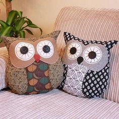 cute owls couch sofa settee pillows or cushions Owl Pillow Pattern, Felt Owl Pattern, Fabric Crafts, Sewing Crafts, Owl Sewing, Craft Projects, Sewing Projects, Owl Cushion, Felt Owls