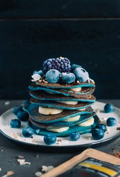 Blue Spirulina Pancakes with Coffee Agave Sauce – Maison Gern Cute Desserts, Dessert Recipes, Kreative Desserts, Plat Vegan, Good Food, Yummy Food, Blue Food, Aesthetic Food, Food Cravings