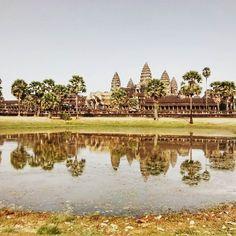 Angkor Wat é considerado o maior templo religioso do mundo! #angkor #angkorwat #camboja #cambojaseulindo #cambodia #vamosfugir #braroundtheworld #viagem #viajantesdubbi #blogdeviagem by vamosfugirblog