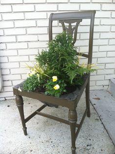 Pflanzgefäß aus einem alten Stuhl, Gartenarbeit, Wiederverwendung Upcycling gemacht