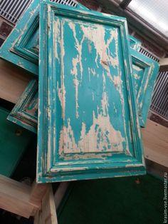 Сегодня расскажу вам про технологию создания эффекта облупившейся краски.Данную покраску можно применять на любом изделии — мебельные фасады, стены, двери, окна и так далее. Есть множество исполнений — от простых с однослойной покраской, до сложных с многослойными покрасками и с использованием различных видов кракелюра, патины, затирок.Ниже приведу примеры с разными вариантами и кратким описанием.