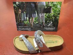 Sandalia en glitter plata y gris metalizado.
