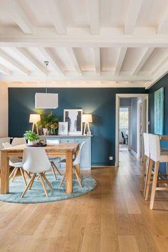 Un mur bleu sublime la salle à manger
