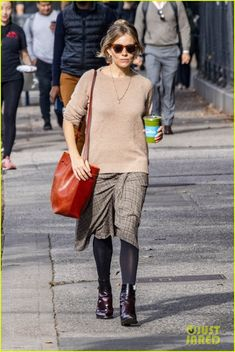 Sienna Miller Shows Off Fall Fashion During a NYC Stroll: Photo Sienna Miller goes for a walk around town on Thursday (November in New York City. The actress put her fall fashion on display while strolling around… Sienna Miller Style, Mansur Gavriel Bucket Bag, Star Fashion, Fashion Outfits, Old Actress, Celebrity Style, Autumn Fashion, Nyc, Street Style