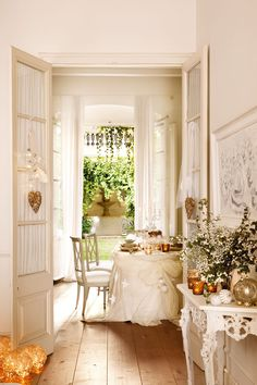 Visions of White Country Christmas French Farmhouse Decorating Fantasies Danced in Her Head! Christmas In Paris, Country Christmas, White Christmas, Beautiful Christmas, Country Decor, Farmhouse Decor, Country Living, Deco Addict, Deco Boheme