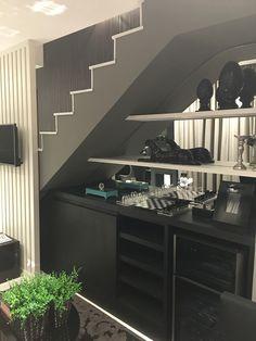 Adega embaixo da escada Railing Design, Staircase Design, Desk Under Stairs, Casa Park, Modern Apartment Design, Industrial Kitchen Design, Modern Stairs, Interior Stairs, Stair Storage