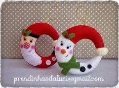 um blog sobre artesanato, com trabalhos efectuados em feltro e tecido Felt Christmas Decorations, Felt Christmas Ornaments, Christmas Themes, Felt Crafts, Fabric Crafts, Christmas Crafts, Christmas Train, Christmas Art, Xmax