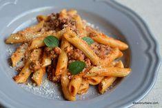 Paste cu carne tocata si sos de rosii reteta simpla savori urbane Caesar Pasta Salads, Caesar Salad, Pizza Lasagna, I Want To Eat, Bologna, Mozzarella, Food And Drink, Healthy Recipes, Healthy Food