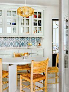 Sala de jantar com cadeiras de madeira