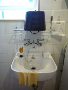 web内覧会 脱衣室2:隠された掃除用具入れと、スロップシンク - 洗面室・脱衣室
