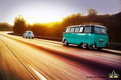 VW Bus Junkies - Classic VW Bus Owners and Fans    Larry Sartore sends this shot... Kinda like this BLUE BUS!