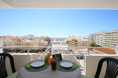 Algarve Holiday Home Armação de Pêra Located in Armação de Pêra, this apartment features a balcony. The unit is 600 metres from Vale do Olival Beach. Free private parking is available on site.  The kitchen is fitted with a dishwasher, an oven and a microwave, as well as a kettle.