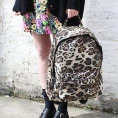 A mochila com estampa de animal print é um must have.