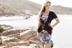 Esse é um dos looks da coleção alto verão 2013 da Clara Rosa Moda Evangélica. O look dá ênfase para a estampa floral do vestido e a sobreposição de outra peça para cobrir os ombros.