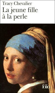 """Imaginons l'histoire qui a conduit Vermeer a peindre le célèbre tableau """"La jeune fille à la perle""""..En 1664,Griet,jeune fille issue d'une famille pauvre de Delft, est engagée comme servante dans la maison Vermeer pour s'occuper des six enfants de la famille et surtout pour faire le ménage dans l'atelier du peintre. Celui-ci, sentant le potentiel artistique de la jeune fille, lui fait découvrir les rudiments de l'art qu'il exerce. Leur proximité va entraîner de nombreuses tensions et rumeurs."""