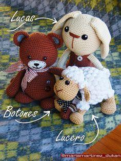 Muñecos Amigurumi. Lucas y Lucero, patrones GRATIS. Osito Botones, patron de Lilleliis de venta en Etsy. Enlaces a los patrones pinchando en la foto. Crochet Amigurumi, Knit Or Crochet, Amigurumi Patterns, Amigurumi Doll, Crochet Crafts, Crochet Dolls, Crochet Projects, Crochet Patterns, Knitted Animals