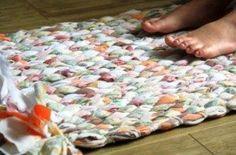 Com este tapete de trapo de tecido os seus ambientes vão ficar lindos e muito bem decorados (Foto: craftpassion.com)