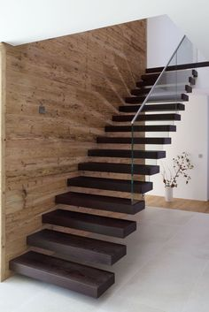 Modern Staircase Design Ideas - Stairs are so usual that you don't give them a doubt. Check out best 10 instances of modern staircase that are as magnificent as they are . Cantilever Stairs, Staircase Railings, Stairways, Staircase Remodel, Staircase Ideas, Home Stairs Design, Interior Stairs, Modern House Design, Modern Stairs Design