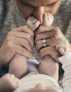 a bit obsessed with this photo of Nick Lachey and his boy! the baby toes on his no . - Photo - New Born/Baby Shooting Ideas - Dad Baby, Mom And Baby, Baby Love, Child Baby, Newborn Photography Poses, Baby Boy Photography, White Photography, Newborn Photo Props, Newborn Session