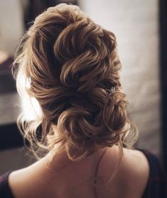This gorgeous wedding hairstyle perfect for every wedding season