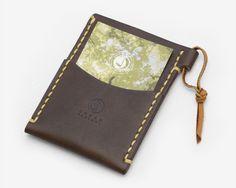 職人による手縫の麻糸のステッチが印象的なタンニンレザーを使った革製パスケースです。