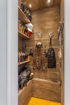 Vestidor que aprovecha al máximo el espacio de un piso pequeño utilizando la calidez de la madera en la construcción de este precioso espacio.