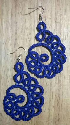 Aros tejidos y billu Tatting Earrings, Tatting Jewelry, Lace Jewelry, Tatting Lace, Jewelry Crafts, Shuttle Tatting Patterns, Needle Tatting Patterns, Crochet Patterns, Crochet Earrings Pattern