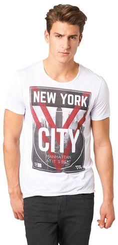 """T-Shirt mit NYC-Aufdruck für Männer (unifarben mit Print, kurzärmlig mit Rundhals-Ausschnitt) aus Jersey, City-Motiv mit """"New York City"""" Schriftzug, aufgeschlitzte Blenden für den Used-Look. Material: 70 % Viskose 30 % Polyester..."""