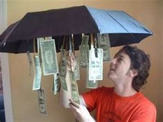 Money for a Rainy day.Get an inexpensive umbrella from the dollar store and dangled bills from the inside so that when opened up – tada! A little something for a rainy day… And tons of other cute ways to give money as a gift. Creative Gifts, Cool Gifts, Best Gifts, Creative People, Creative Birthday Gifts, Creative Ideas, Don D'argent, Special Birthday, Teen Birthday