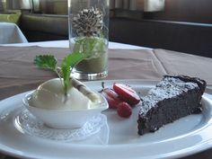 Schokoladenkuchen mit Sauerrahmeis