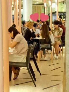 [FANTAKEN] #BLACKPINK's Lisa and Jennie, together with her mom, spotted eating at a restaurant in thailand