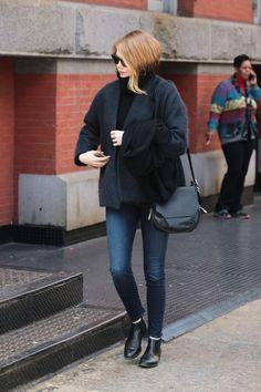Emma Stone wearing Rag & Bone Bradbury Small Flap Hobo Bag in Black Emma Stone News, Emma Stone Style, Emma Stone Outfit, Skinny, Edgy Outfits, Star Fashion, Fashion Women, Casual Looks, Korean Fashion