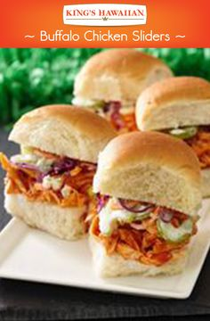 Hot wings in the form of a slider made specially for the big game. New Recipes, Cooking Recipes, Favorite Recipes, Healthy Recipes, Delicious Recipes, I Love Food, Good Food, Yummy Food, Buffalo Chicken Sliders