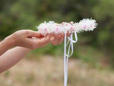 corona de rosas de satén y flores blancas preservadas blancas