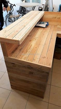 Wood Pallet Office Counter Table: One thing must be kept in mind before we get started with the product itself that we cannot deal an official counter table Diy Bar, Diy Home Bar, Bars For Home, Diy Home Decor, Bar Furniture, Pallet Furniture, Furniture Plans, Furniture Design, Diy Pallet Projects