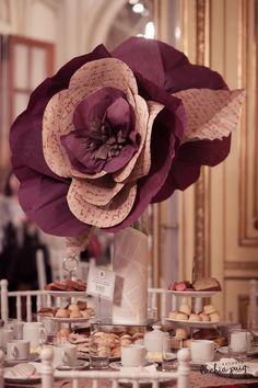 """Centros de mesa con grandes flores hechas en papel """"Aix de Sainte Marie"""" by Amparo Rivero Segura"""