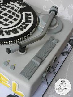 DJ mixing deck birthday cake - cake by Isabelle Bambridge Fondant Cakes, Cupcake Cakes, Record Cake, Turntable Cake, Dj Cake, Music Themed Cakes, Karaoke Party, Dj Party, Just Cakes