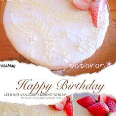 友だちのお姉さんのお誕生日のお祝いケーキ(*^_^*) 生クリームが苦手と聞いたので、中はほんのりピンクなレアチーズケーキにして、ホワイトグラサージュ、チョコでトッピング - 171件のもぐもぐ - 苺レアチーズケーキ by totoron101060