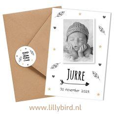 Nieuw hip en trendy zwart-wit geboortekaartje met eigen foto. Leuke bijpassende kraft envelop en sluitzegel.