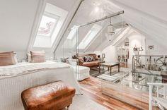 ullakko uudistaa ideoita yksiö makuuhuone suunnittelu puulattia valkoiset huonekalut lasiseinät