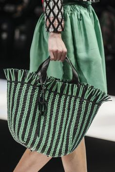 Spring Bag Trends Fashion Girls Can't Stop Wearing Bag and Purse Trends Spring 2018 - Runway Bags Spring 2018 Diy Fashion Runway, Fashion Bags, Girl Fashion, Milan Fashion, Fashion Trends 2018, Spring Fashion Trends, Spring Trends, Knitting Accessories, Bag Accessories