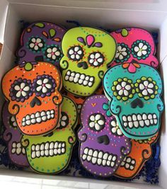 Halloween sugar cookies that will be perfect for spooktacular School Parties Learn how to make the most awesome Halloween sugar cookies for super spooktacular parties! The tutorial below shows you how to do seceral different type Thanksgiving Cookies, Fall Cookies, Iced Cookies, Pumpkin Cookies, Cute Cookies, Cupcake Cookies, Skull Cupcakes, Halloween Cookies Decorated, Halloween Sugar Cookies