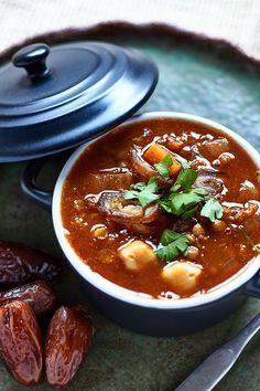 La harira es una sopa nacional marroquí con la dulzura de los tomates, el aroma del comino y el cilantro y llena de lentejas y garbanzos. Se puede comer en… Comida Armenia, Harira, Soup Recipes, Vegan Recipes, Indian Food Recipes, Ethnic Recipes, Hot Soup, Sin Gluten, Curry