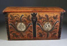 Rosemalt kiste med rød bunnfarge og dat. 1840. L: 99 cm.
